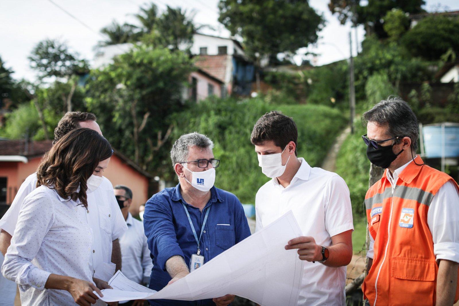João Campos acompanha obras de contenção definitiva de encostas no bairro da Várzea